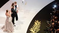 Glamour, le festival de Cannes est aussi le plus grand marché mondial du cinéma. ici, la remise de la palme d'or le 26 mai 2013 à Abdellatif Kechiche, Lea Seydoux et Adele Exarchopoulos [Antonin Thuillier / AFP/Archives]