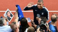 L'attaquant des Bleus Kylian Mbappé (c) salue les supporters aux centre d'entraînement de Clairefontaine-en-Yvelines, le 3 septembre 2018 [FRANCK FIFE / AFP]