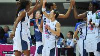 La meneuse de l'équipe de France féminine de basket Céline Dumerc (c) et ses co-équipières, le 16 juin 2013 à Trélazé (Maine-et-Loire) [Frank Perry / AFP/Archives]