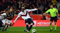 L'attaquant de Lille Victor Osimhen marque l'unique but du match sur penalty contre Dijon, le 30 novembre 2019 au stade Pierre-Mauroy à Villeneuve-d'Ascq  [DENIS CHARLET / AFP]