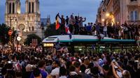 Les supporteurs célèbrent la victoire de l'équipe de France face à la Belgique, dans le centre de Paris, le 10 juillet 2018 [Thomas SAMSON / AFP]