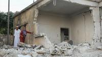 Des Syriens inspectent les dégâts après des raids du régime sur la ville de  Mouhambal, dans le nord de la province d'Idleb dans le nord-ouest de la Syrie, le 6 juillet 2019 [Amer ALHAMWE / AFP]