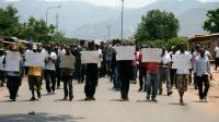 Des manifestants lors des funérailles d'un journaliste tué avec sa famille, à Bujumbura le 20 octobre 2013, demandant au gouvernement de mettre fin aux violences [LANDRY NSHIMIYE / AFP/Archives]