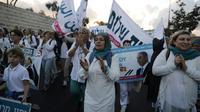"""Des milliers de femmes israéliennes et palestiniennes marchent pour la paix de deux semaines à travers Israël et la Cisjordanie occupée pour """"exiger un accord de paix"""" entre Israéliens et Palestiniens, le 8 octobre 2017 [MENAHEM KAHANA / AFP]"""