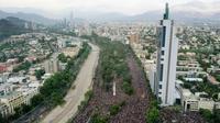 Vue aérienne de centaines de milliers de personnes manifestant à Santiago le 25 octobre 2019 [PEDRO UGARTE / AFP]