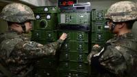 Des soldats sud-coréens ajustent les niveaux des hauts parleurs qui diffusent de la propagande à destination de la Corée du nord, à la frontière entre les deux Corée, le 8 janvier 2016  [YONHAP / YONHAP/AFP]