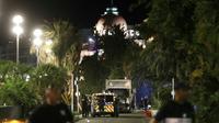 Des policiers près du camion utilisé lors de l'attentat de Nice, le 14 juillet 2016 [VALERY HACHE / AFP/Archives]