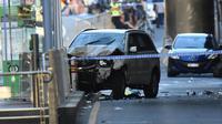 Un SUV blanc (g) accidenté sur la chaussée, après qu'une voiture a foncé sur des piétons, le 21 décembre 2017 à Melbourne, en Australie [Mal Fairclough / AFP]