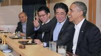 Le Premier ministre japonais Shinzo Abe (2eG) et le président américain Barack Obama (D) dans un restaurant de sushis à Tokyo le 23 avril 2014 [Bureau de presse du Premier ministre japonais / AFP]