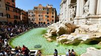 Des touristes devant la fontaine de Trévi à Rome, le 26 août 2018 [Vincenzo PINTO / AFP]