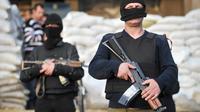 Des militants pro-russes armés tiennent une barricade et les locaux de l'administration  régionale à Slavyansk, à l'est de l'Ukraine le 18 avril 2014 [Genya Savilov / AFP/Archives]