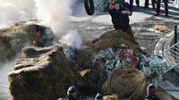 Des agriculteurs brûlent de la paille et des pneus lors d'une manifestation à Bordeaux, le 21 février 2018, contre un projet d'accord avec le Mercosur [MEHDI FEDOUACH / AFP]