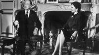 Valéry Giscard d'Estaing, accompagné de sa femme Anne-Aymone, s'apprête à adresser ses voeux présidentiels aux Français, le 31 décembre 1975 à l'Elysée [ / AFP/Archives]