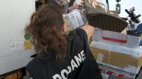 Des articles contrefaits saisis par une douanière en vue de leur destruction le 29 mai 2012 à Chilly-Mazarin  [ERIC PIERMONT / AFP/Archives]