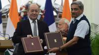 Le ministre français de la Défense et son homologue indien Manohar Parrikar le 25 janvier 2016 à New Dehli lors des tractations sur la vente d'avions de chasse Rafale à l'Inde [PRAKASH SINGH / AFP/Archives]