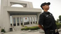 Un policier devant un tribunal à Hefei, dans la province de l'Anhui [Peter Parks / AFP/Archives]