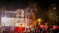 Des manifestants iraniens incendient une partie de l'ambassade saoudienne à Téhéran, le 2 janvier 2016 [MOHAMMADREZA NADIMI / ISNA/AFP]