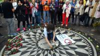 Des fans de John Lennon réunis le 9 octobre 2015 à New York, au mémorial Strawberry Field, en bordure de Central Park, dédié au musicien assassiné en 1980 [TIMOTHY A. CLARY / AFP]