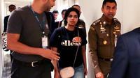 Photo fournie par les services de l'immigration thaïlandaise le 7 janvier 2019 montrant la jeune Saoudienne Rahaf Mohammed al-Qanun à l'aéroport international de Bangkok [Handout / Thai Immigration Bureau/AFP/Archives]