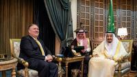Photo distribuée par le palais royal saoudien montrant le roi Salmane et le secrétaire d'Etat américain Mike Pompeo, le 29 avril 2018 à Ryad  [BANDAR AL-JALOUD / Saudi Royal Palace/AFP]