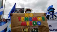"""Une femme porte une pancarte marquée du slogan """"no tenemos miedo"""" (nous n'avons pas peur) lors d'une manifestation contre le président du Nicaragua Daniel Ortega, le 31 juillet à Managua [INTI OCON / AFP]"""