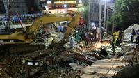 Les sauveteurs recherchent des victimes dans les décombres de l'immeuble effondré à Sihanoukville, au Cambodge, le 22 juin 2019 [SUN RETHY Kun / AFP]