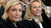 Marine Le Pen, candidate FN à la présidentielle et sa nièce, la députée du Vaucluse Marion Maréchal-Le Pen (D), le 15 octobre 2016 à Nice [ERIC GAILLARD / POOL/AFP/Archives]