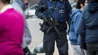 Un policier belge dans le quartier  bruxellois de Molenbeek, le 18 mars  2016 [Aurore Belot / BELGA/AFP]