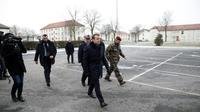 Le président Emmanuel Macron (c) et le chef d'Etat major de l'armée de terre Jean-Pierre Bosser (d), arrivent au camp militaire de Mourmelon, le 1er mars 2018 [Yoan VALAT / POOL/AFP]