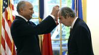 L'écrivain Philip Roth avait été fait   commandeur de la Légion d'honneur le 27 septembre 2013 par Laurent Fabius, alors ministre des Affaires étrangères [Timothy A. CLARY / AFP/Archives]