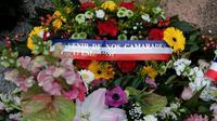 Une couronne de fleurs est placée au pied d'un mémorial dédié aux parachutistes français abattus en 2012 par Mohamed Merah, le 15 mars 2017 à Montauban [ERIC CABANIS / AFP/Archives]