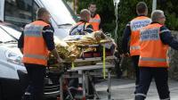 Une personne évacuée sur une civière le 23 octobre 2015 à Puisseguin après la collision meurtrière entre un camion et un autocar  [JEAN-PIERRE MULLER / AFP]