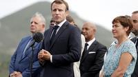 Le président français Emmanuel Macron (c) sur l'île antillaise de Saint-Martin, le 29 septembre 2018. [Thomas SAMSON / AFP]