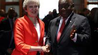 La Première ministre Theresa May est saluée par le président sud-africain Cyril Ramaphosa au Cap le 28 août 2018, première étape d'une tournée de la dirigeante britannique en Afrique. [MIKE HUTCHINGS / POOL/AFP]