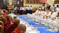 Le pape François (d) devant le comité de la Sangha, institution réglementant le clergé bouddhiste, le 29 novembre 2017 à Rangoun [Vincenzo PINTO / AFP]