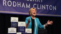 """Hillary Clinton présente son livre """"What Happened"""" (""""Ça s'est passé comme ça"""") à New York, le 12 septembre 2017 [TIMOTHY A. CLARY / AFP]"""