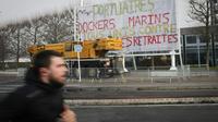 Devant l'entrée du siège social du Grand Port maritime du Havre, des manifestants bloquent l'activité, le 22 janvier 2020 pour protester contre la réforme des retraites [Lou BENOIST / AFP]