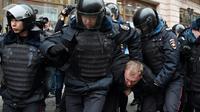 Arrestation de manifestants d'opposition, le 2 avril 2017 à Moscou [VASILY MAXIMOV  / AFP]