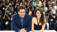 """Les acteurs espagnols Pénelope Cruz et Javier Bardem posent pour le photocall du film """"Todos Lo Saben (Everybody Knows)"""", à Cannes, le 09 mai 2018 [LOIC VENANCE / AFP]"""