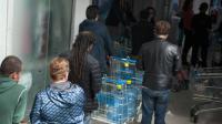 Des habitants font la queue pour acheter de l'eau à Santiago du Chili, le 16 avril 2016 [VLADIMIR RODAS / AFP]