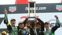 L'équipe de la Kawasaki 11 remporte les 24 Heures Motos au Mans le 21 avril 2019 [JEAN-FRANCOIS MONIER                 / AFP]