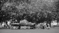 Des badauds découvrent un char panther abandonné par les Allemands sur les quais de la Seine, entre le Pont Neuf et le Pont Notre-Dame, aux alentours du 19 août, quelques jours avant la Libération de Paris, le 25 août 1944 [ / AFP/Archives]
