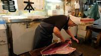 Un poissonnier au marché de Tsukiji à Tokyo, le 27 septembre 2018  [Kazuhiro NOGI / AFP/Archives]