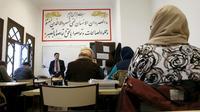 Le professeur de théologie Missoum Chaoui donne des cours dans une classe pour futurs imams et religieux à l'Institut Al-Ghazali de la Grande Mosquée de Paris, le 19 décembre 2015 [PATRICK KOVARIK / AFP]