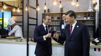 Le président français Emmanuel Macron et son homologue chinois Xi Jinping visitent le pavillon français à la Foire internationale des importations à Shanghai, le 5 novembre 2019 [ludovic MARIN / AFP]