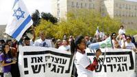 Des migrants africains et des Israéliens manifestent devant les bureaux du Premier ministre Benjamin Netanyahu à Jérusalem, contre la volonté affichée du gouvernement d'expulser des milliers de migrants, le 3 avril 2018 [MENAHEM KAHANA / AFP]
