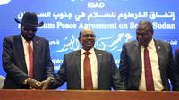 Le président soudanais Omar el-Béchir (C) tient les mains du président sud-soudanais Salva Kiir (G) et du chef rebelle Riek Machar (D) après la signature à Khartoum d'un accord de cessez-le-feu, le 27 juin 2018 [ASHRAF SHAZLY / AFP]