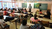Les postes créés sont occupés par des contractuels quand les concours d'enseignants n'ont pas fait le plein dans zones peu attractives ou certaines matières comme les mathématiques et l'anglais [XAVIER LEOTY / AFP/Archives]