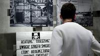Un visiteur regarde une exposition consacrée aux camps de concentration nazis, dont celui d'Auschwitz, au mémorial de Yad Vashem, le 20 janvier 2020 à Jérusalem [Emmanuel DUNAND / AFP/Archives]