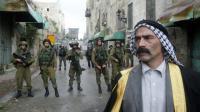 Un palestinien face à des membres des forces de sécurité israéliennes, le 27 octobre 2015 à Hébron, en Cisjordanie occupée [HAZEM BADER / AFP]